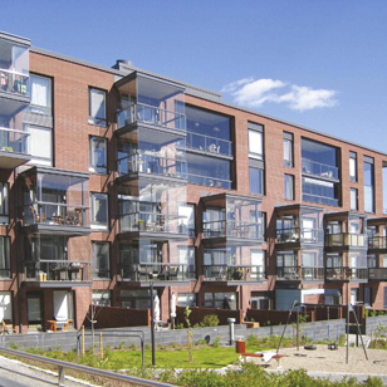 Arkkitehdit suosivat isoja ikkunoita, jotka energiatehokkaina ovat hyvin painavia.