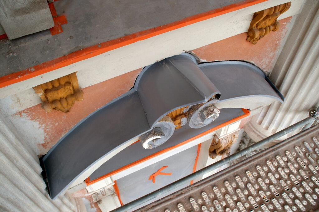 Korkeavuorenkatu 21:n julkisivussa on 1 200 kipsikoristetta, joista 350 uusitaan kokonaan sekä noin neljä kilometriä punaisen pinnan ja vaalean harmaiden ikkunan pielien välistä rajausta.