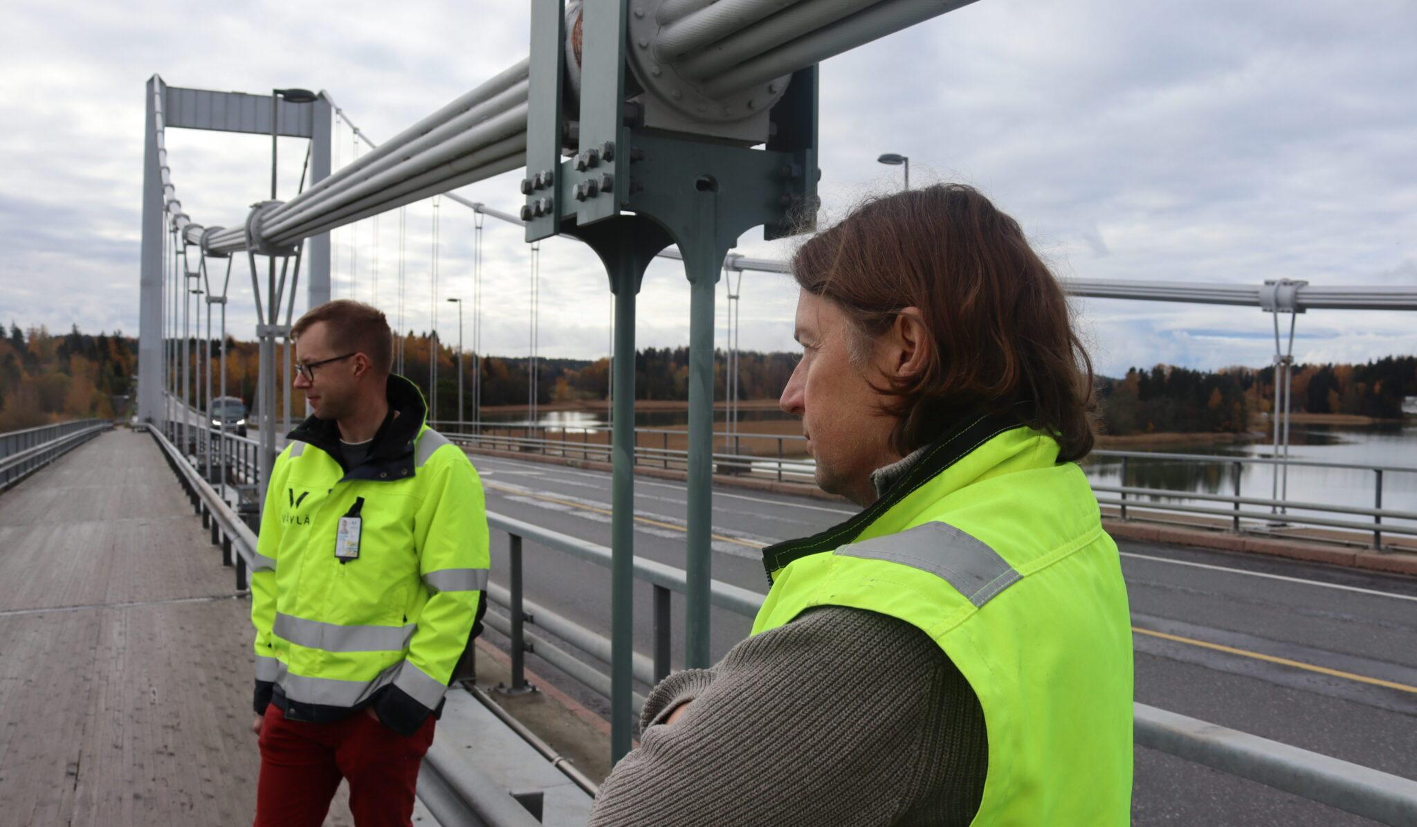 Väyläviraston projektipäälikkö Janne Wikström (vas.) ja Kreaten projektipäällikkö Timo Hirvasmaa esittelivät siltahankkeita medialle Paraisilla. Kuvan keskellä on Kirjalansalmen sillan vaurioitunut riipputanko, joka vaihdettiin viime kesänä.
